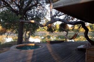 luxe tent met uitzicht op rivier