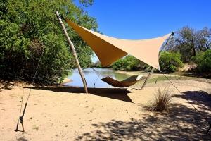relaxen aan de rivier in een hangmat